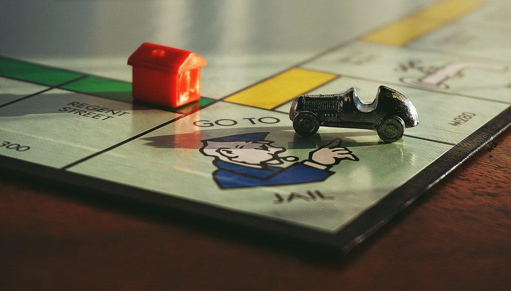 """gros plan sur le jeu de société """"Monopoly"""""""